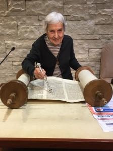 Deanna Rosenthal reading Torah